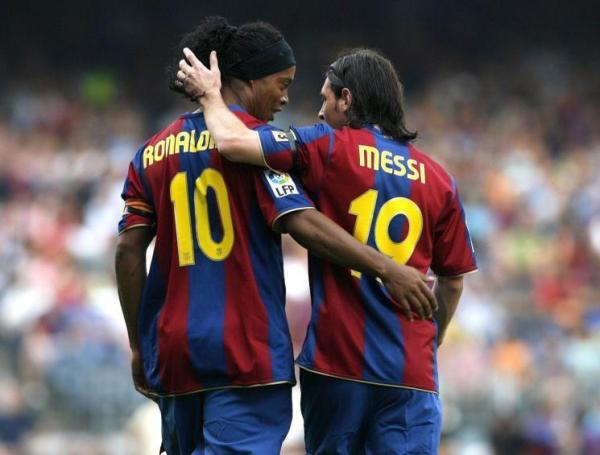 Depois de fazer sua parte, Ronaldinho passou o bastão para Messi e Cia. Não é preciso dizer que eles deram conta do recado...