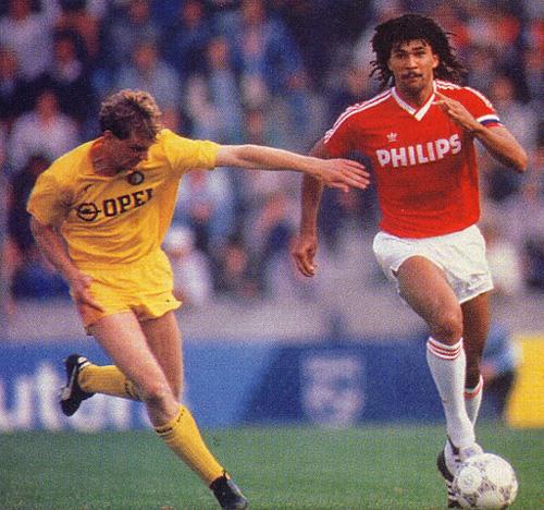 Gullit (à dir.) em ação: craque foi fundamental para o fim da seca do PSV.