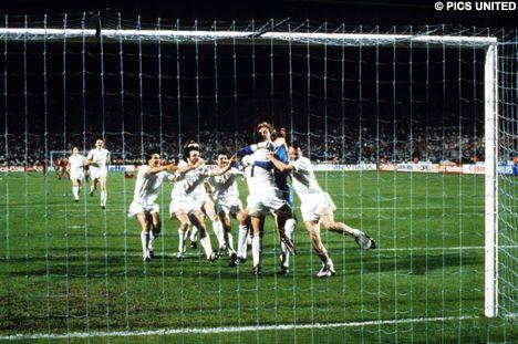 ... E é ovacionado pelos companheiros: PSV campeão da Europa!