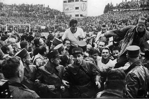 Fritz Walter é carregado pela multidão com a taça Jules Rimet em mãos: a Alemanha era campeã do mundo.