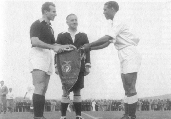 Mazzola (à esq.) troca sua última flâmula antes da partida contra o Benfica, em 1949.