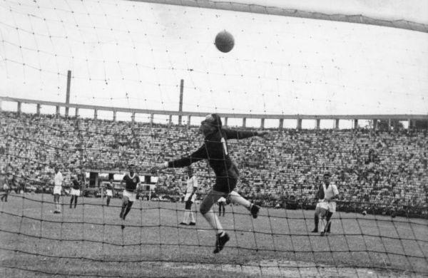 Gilmar, goleiro do Santos, olha a bola no fundo do gol do Pacaembu: o Palmeiras era campeão paulista de 1959.