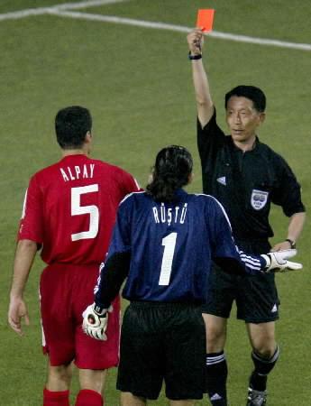 O atrapalhado juiz Kim Young-Joo prejudicou demais a Turquia no primeiro duelo da Copa, contra o Brasil.