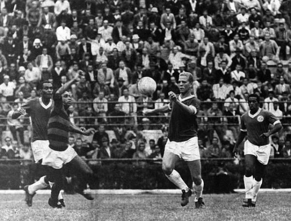 Ademir domina a bola em jogo contra o Flamengo, em 1967. Foto: AE.