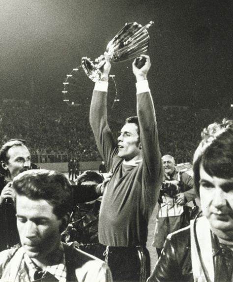 O goleiro Jan Ruiter com a taça da Recopa da UEFA.