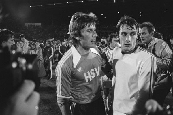 Kaltz, do Hamburgo, e Van Bimst, do Anderlecht: derrota dolorida dos belgas na final de 1977.