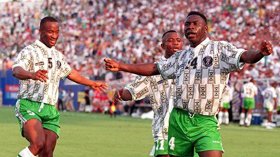 Amokachi (camisa 4) comemora: Nigéria brilhou na primeira fase da Copa de 1994.