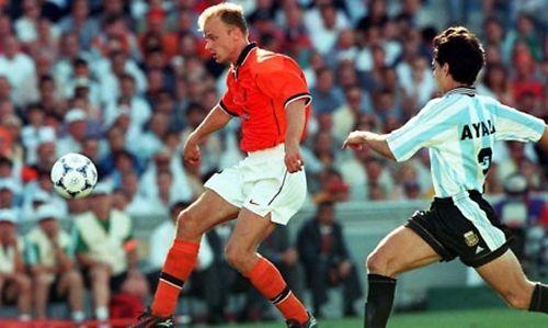 Bergkamp se prepara para marcar um dos gols mais fabulosos da história da Holanda.