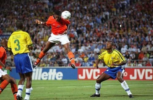 Com os zagueiros brasileiros estáticos, ficou fácil para Kluivert empatar o jogo para a Holanda...
