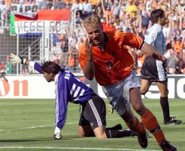 Bergkamp vibra após marcar um dos gols mais fantásticos de sua carreira.