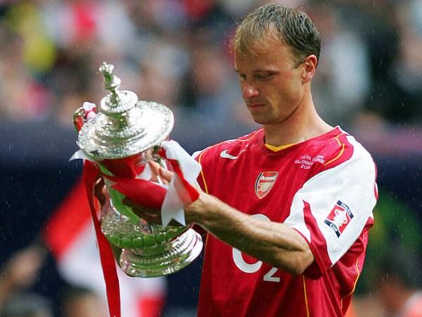 Bergkamp namora a taça da Copa da INglaterra de 2005, último título conquistado por ele com a camisa do Arsenal.