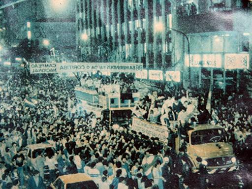 A festa da torcida nas ruas de Curitiba.