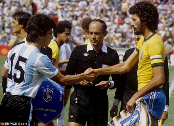 Passarella na Copa de 1982, antes do jogo contra o Brasil de Sócrates (à dir.).