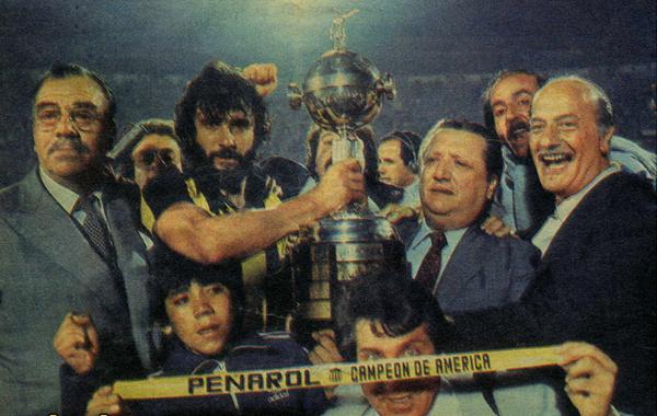 O capitão Olivera segura a taça da Libertadores.