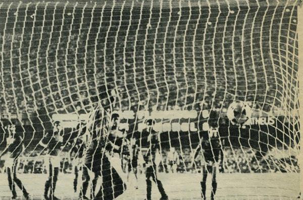 No Maracanã, Jair cobrou uma falta na gaveta e colocou o Peñarol na final.