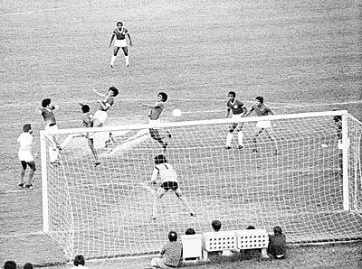 O gol iluminado do título brasileiro do Inter, em 1975.