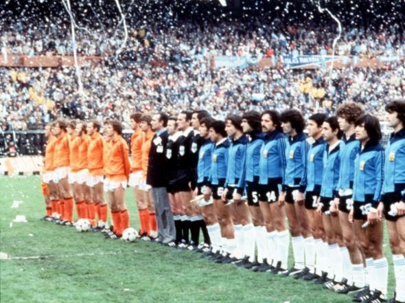 Holanda-Argentina-escuchando-himnos-final_OLEIMA20100503_0206_16