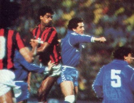 Rijkaard sobe para marcar o segundo gol do Milan na noite.