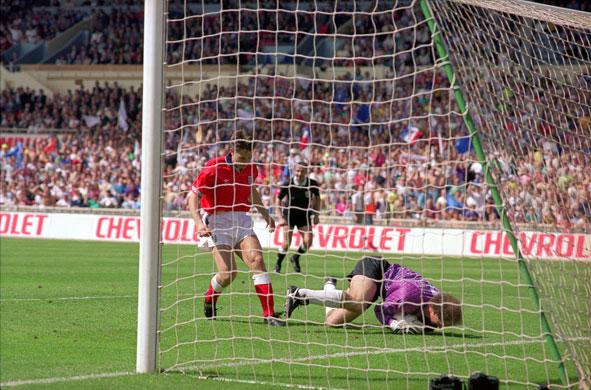 Em 1992, o brasileiro Carlos evitou o gol de número 49 de Lineker pela seleção inglesa.