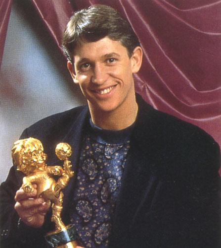Lineker com o troféu Fair Play oferecido pela FIFA, em 1990.