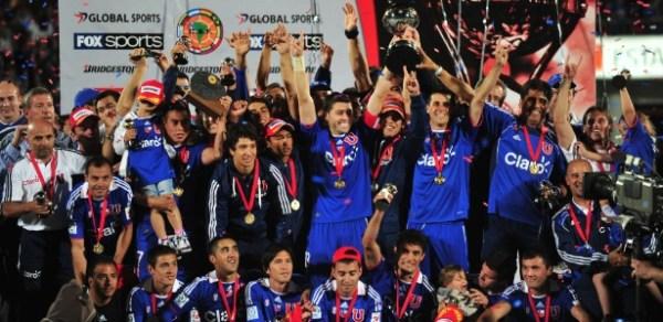 equipe-da-universidad-de-chile-comemora-a-conquista-da-copa-sul-americana-1323918343520_615x300