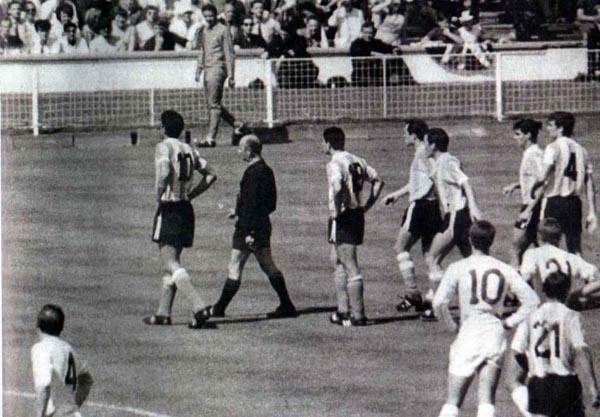 No futebol, a rixa começou em 1966, após um conturbado duelo entre os dois países na Copa daquele ano.