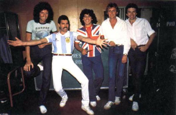 E pensar que ingleses e argentinos já foram amigos... Na foto, o Queen de Freedy Mercury (com camisa da Argentina) e Maradona (com camisa do Reino Unido).