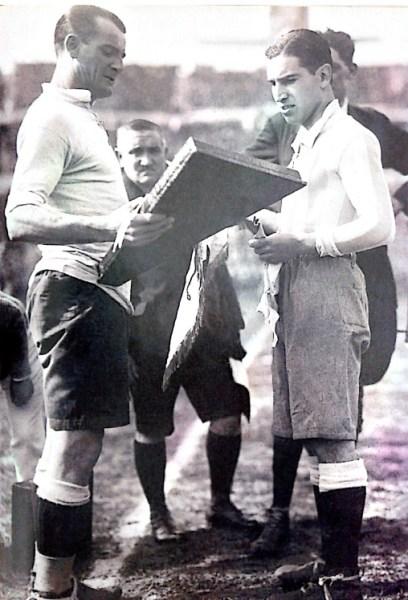 Nasazzi (à esq.), recebe a placa do capitão argentino Manuel Ferreira, antes da final da Copa de 1930.