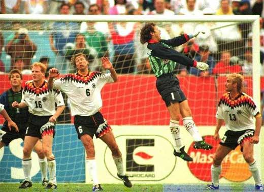 Preud´homme (penúltimo da foto) na área alemã, em 1994, tentando marcar o gol de empate da Bélgica.