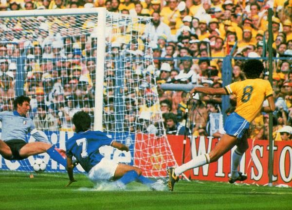 Sócrates finaliza uma jogada maravilhosa: golaço do Brasil.