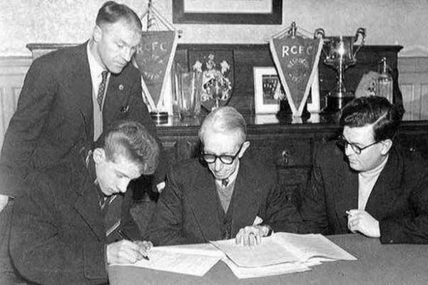 Shankly (no topo, à esq.) acompanha a chegada do promissor atacante Denis Law ao Huddersfield.