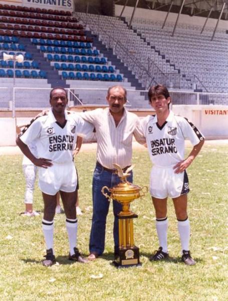 O meio-campista Ivair (à esq.) com a taça do Brasileiro da série B de 1989.