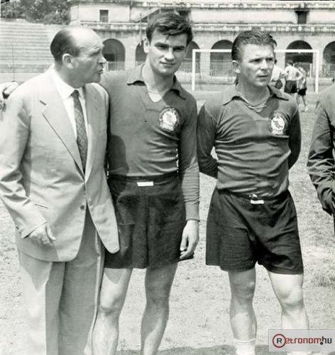 Kocsis (ao centro) e Puskás (à dir.): dois mitos da Hungria e ícones do futebol nas décadas de 50 e 60.