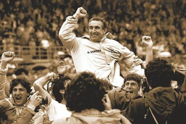 Bagnoli nos braços do povo: Hellas Verona campeão italiano de 1984-1985.