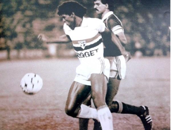 Müller e Ricardo Rocha disputam a bola na decisão.