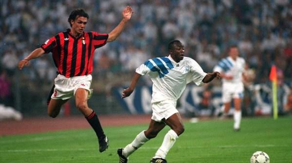 Abedi Pelé passando por Maldini (à esq.): craque foi o melhor em campo na final da Liga dos Campeões de 1993.