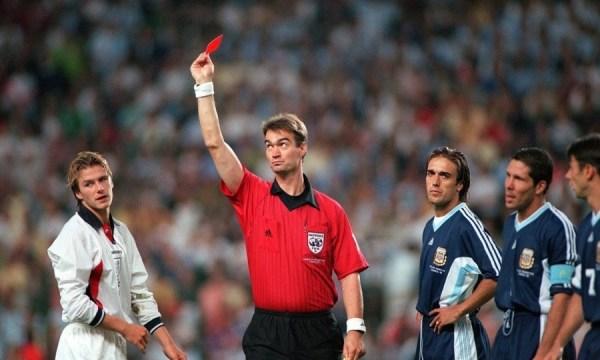 A expulsão de Beckham: mesmo sem o craque, a Inglaterra conseguiu segurar os argentinos.