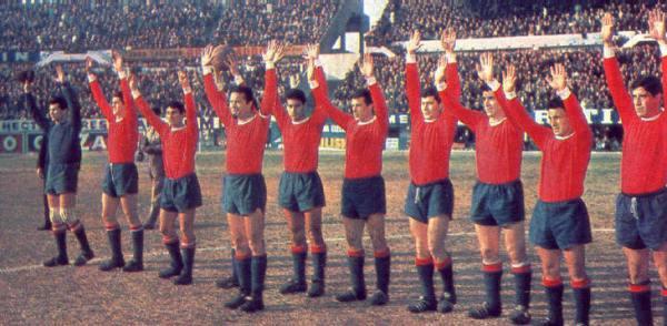 A clássica saudação do Independiente dos anos 60: Maldonado à frente e o time com os braços levantados.