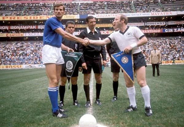 Facchetti e Seeler, antes do duelo entre Itália e Alemanha pela semifinal da Copa de 1970.