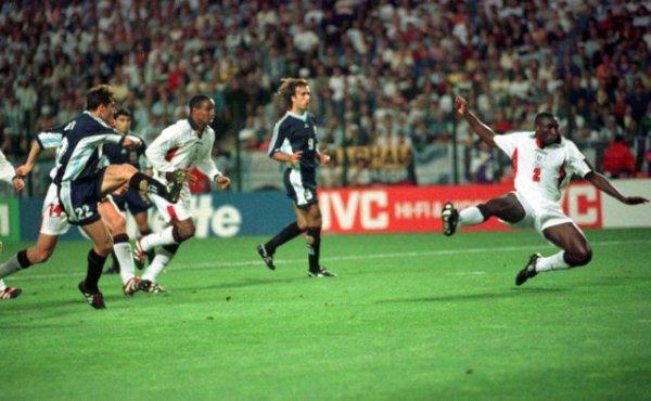 Zanetti faz o gol de empate da Argentina: aula de falta ensaiada.