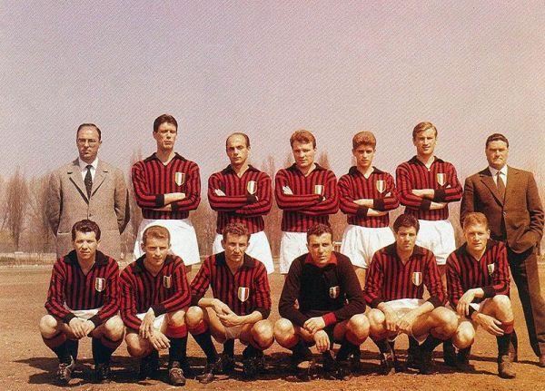 O Milan da temporada 1961-1962: Rivera é o penúltimo jogador em pé.
