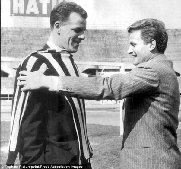 Boniperti (à dir.) tenta medir uma camisa comum da Juve no gigante Charles.