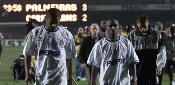 Decepção de Vampeta e Edílson: o Corinthians teria que esperar mais 12 anos até conseguir sua primeira Libertadores.