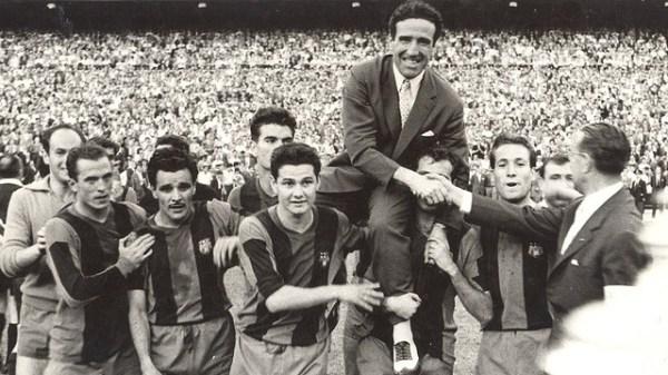 Helenio Herrera (carregado pelos jogadores), grande mentor de Suárez no Barcelona.