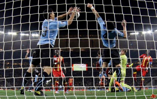 A insanidade de Suárez: gesto desesperado para evitar o gol que tiraria o Uruguai da Copa.