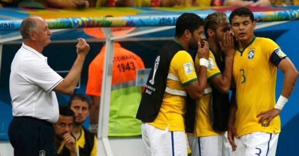 Troca de comando técnico no jogo contra a Holanda: os jogadores do banco passando instruções para Thiago Silva, com Felipão esquecido à esquerda. Retrato de um time para se esquecer.