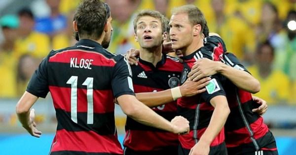 Müller (ao centro, com olhar penetrante): gol do artilheiro foi o de número 2000 na história da Seleção Alemã.