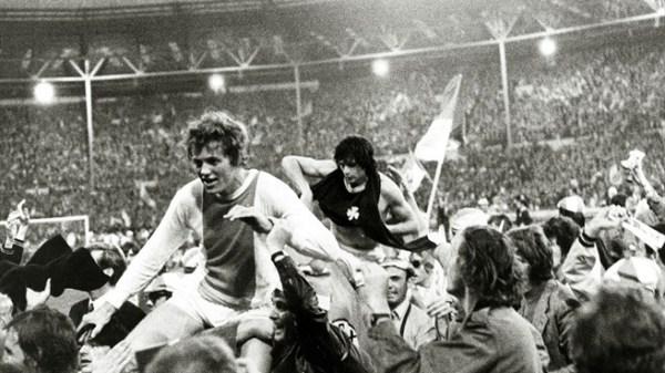 Festa em Wembley no primeiro título europeu do Ajax, em 1971.