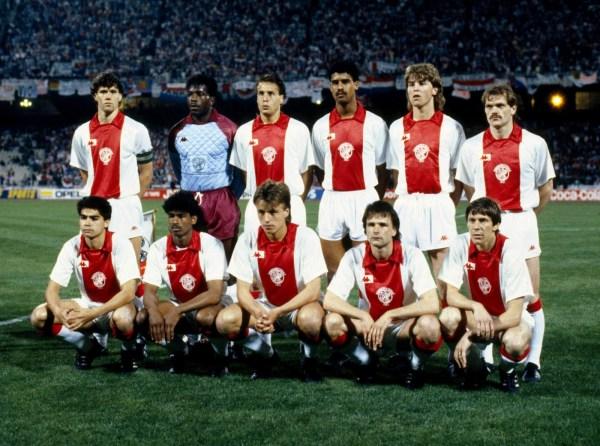 O Ajax de 1987 - Em pé: Marco van Basten, Stanley Menzo, John van't Schip, Frank Rijkaard, Franck Verlaat e Jan Wouters. Agachados: Sonny Silooy, Aron Winter, Rob Witschge, Peter Boeve e Arnold Mühren.