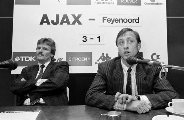 Training_Ajax,_Cruyff_(r)_en_algemeen_directeur_Arie_van_Eijden_tijdens_persconferentie